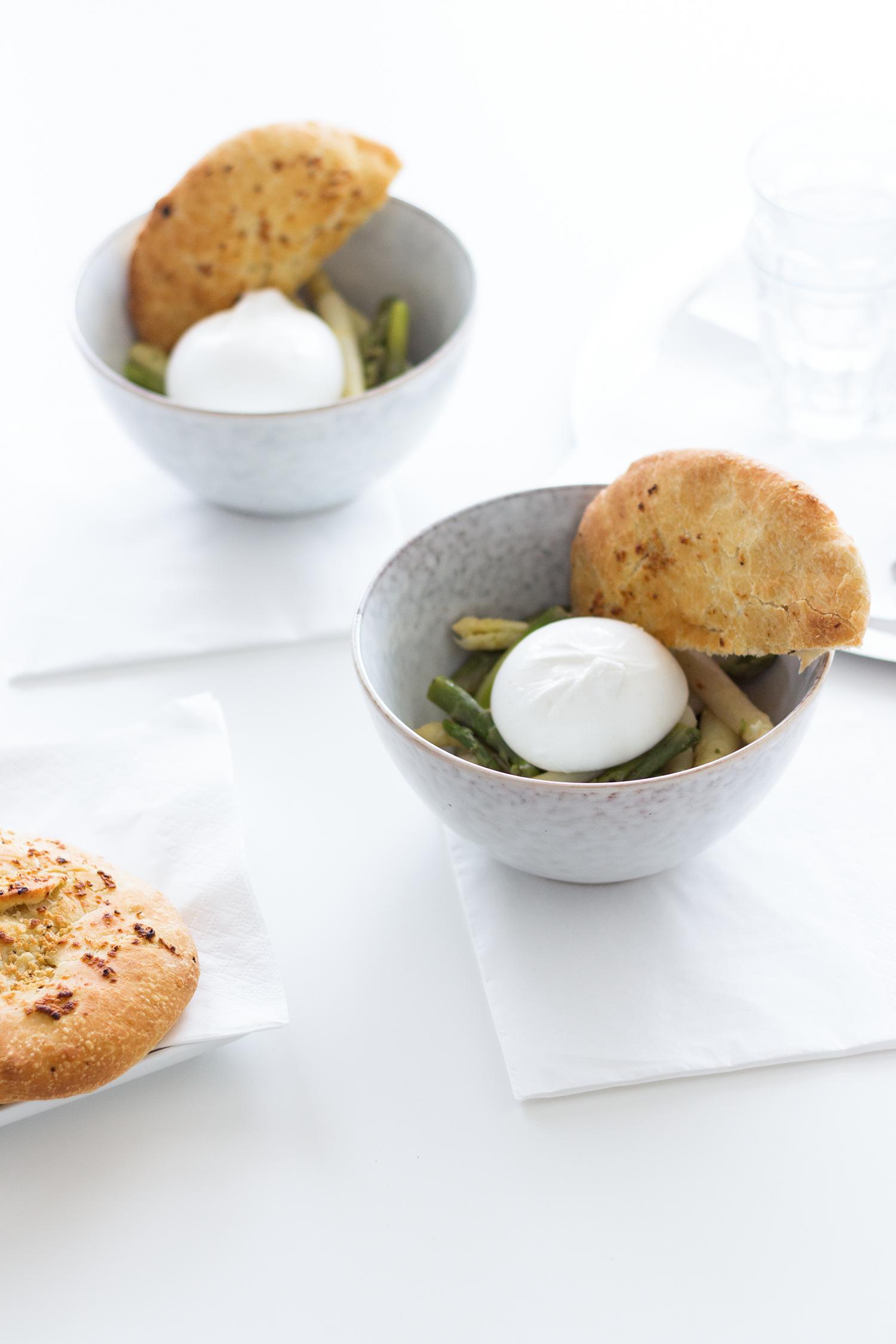 Perfekt für die Spargel-Saison: Ein Rezept für einen lauwarmen Spargelsalat mit Burrata und selbstgemachtem Knoblauch-Fladenbrot.