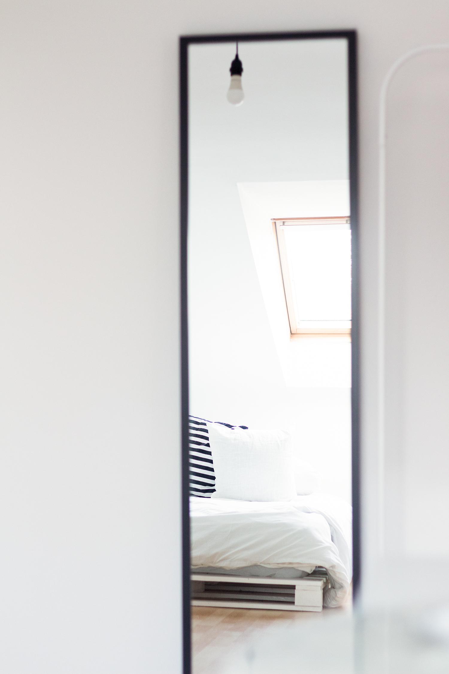 Anleitung für ein Bett aus weißen Europaletten. Eine einfache, schnelle und günstiges Do it yourself-Idee mit tollem Ergebnis!